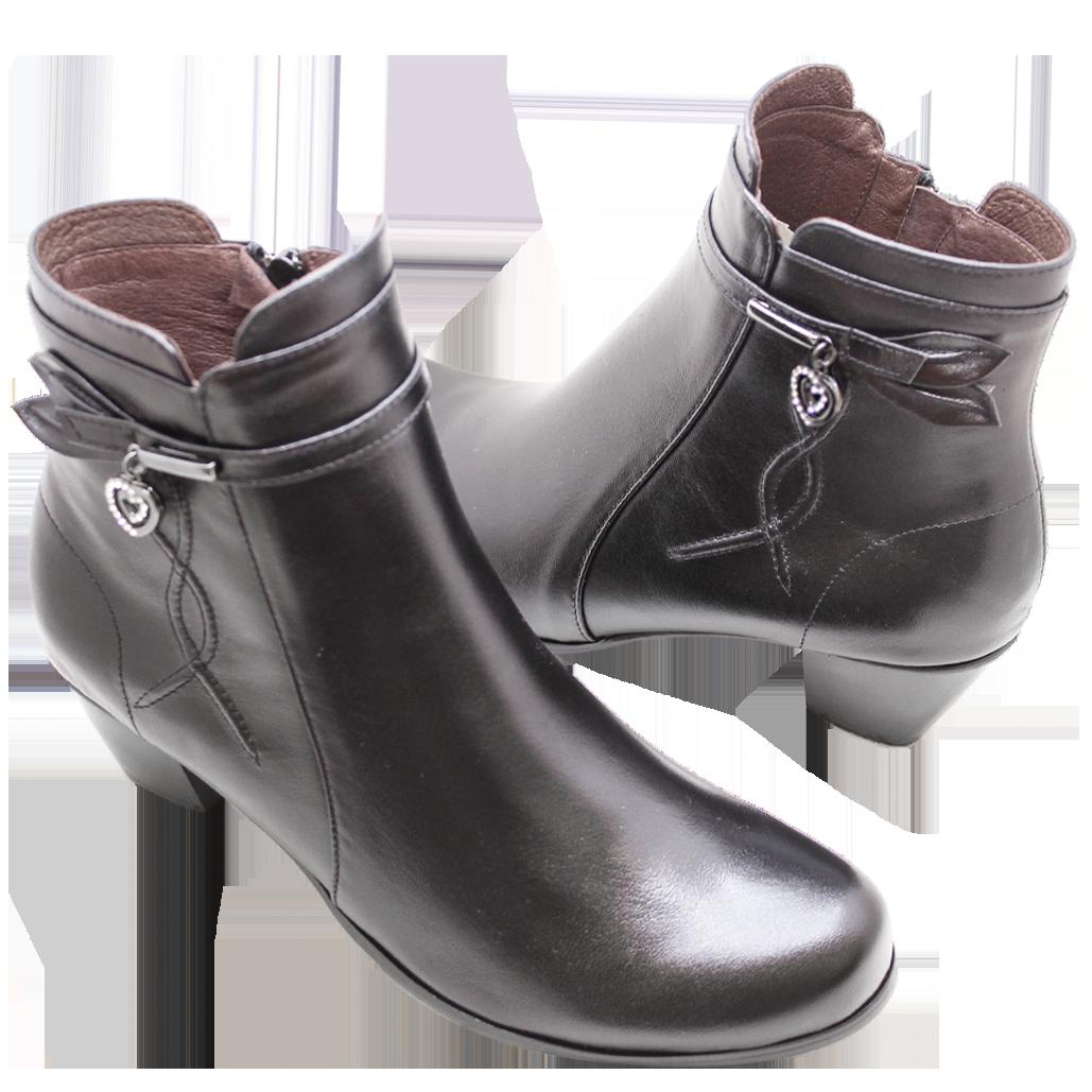 小牛皮愛心釦飾低粗跟短靴