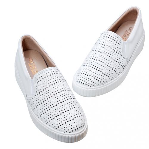 休閒風小牛皮雷雕輕量氣墊鞋